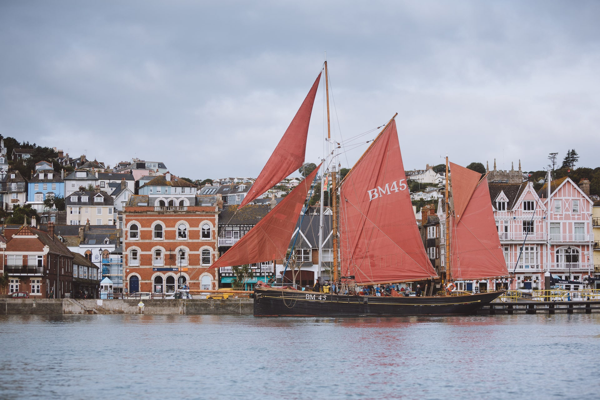 Pilgrim-aAlongside-dartmouth-fullsail