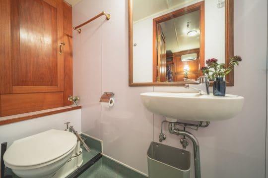 Venturesail-Blue-Clipper-cabin-bathroom