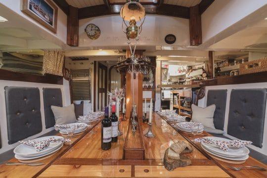 Venturesail-Eda-Fransen-saloon-dinner-table