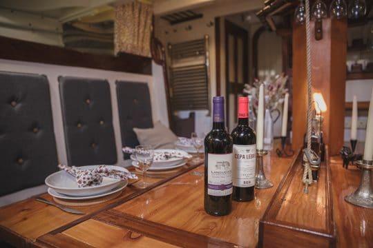Venturesail-Eda-Fransen-saloon-wine